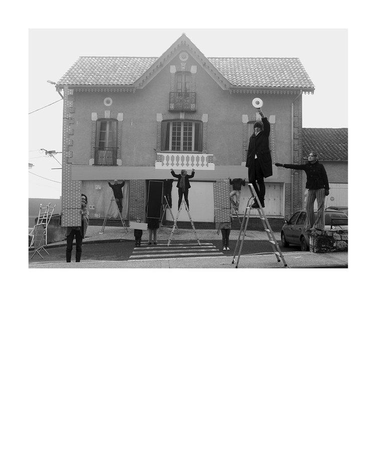 Marion Robin, «La maison démontable», 2009 Photographie couleur, 30 x 40 cm, collection FRAC Limousin  Impressions numériques sur bâche micro perforée installées sous la glace  de la patinoire de Clermont-Ferrand, 1800 m2,  commande de Clermont Communauté dans le cadre de son action Art au Parvis