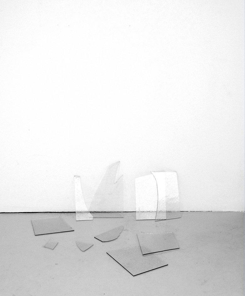 Marion Robin, «Le soir qui tombe», 2015 Verres découpés sur mesure, pointe de gouache orangée, 23 x 55 x 40 cm, Atelier SUMO, Lyon